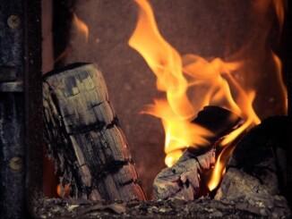 Auf das zusätzliche Aufdrehen von Öl- oder Gasheizung können die Besitzer eines Kaminofens in der Übergangszeit meist verzichten. - Foto: pixabay.com/tookapic/CCO