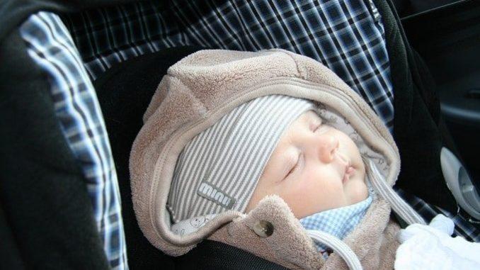 Eine Babyschale muss natürlich im Auto ordentlich befestigt werden. - Foto: Kraftprotz/pixelio.de