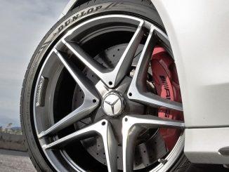 Besonders große Schulterblöcke in der Außenschulter des Dunlop-UHP-Reifens erhöhen die Fahrstabilität. - Foto: djd/Dunlop