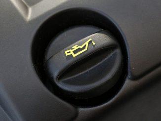 Im allgemeinen werden bei Motoröl zwei Typen unterschieden, welche für den Betrieb eines Kraftfahrzeuges sehr wichtig sein können. - Foto: Tim Reckmann/pixelio.de