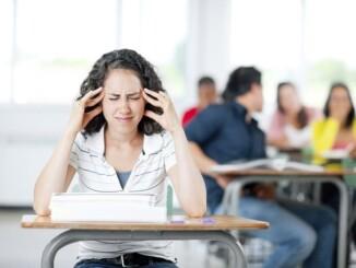 Kopfschmerzen im Unterricht sind kein Einzelfall: Etwa vier von fünf Jugendlichen sind regelmäßig davon betroffen.- Foto: Christopher Futcher, iStock.com