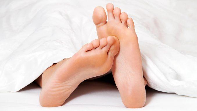 Wenn die Füße kribbeln und schmerzen, können Nervenschäden dahinter stecken. Sie können eine Folgeerkrankung des Diabetes sein. - Foto: djd / Wörwag Pharma / colourbox.de