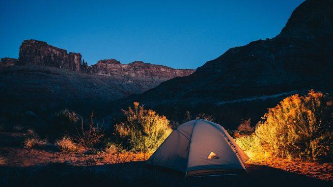 Beim Campen kommt es vor allem auf das Gewicht an. Ist man nur mit einem Rucksack oder einem Fahrrad unterwegs muss das Gepäck besonders leicht sein. - Foto: pixabay.com/Unsplash/CCO