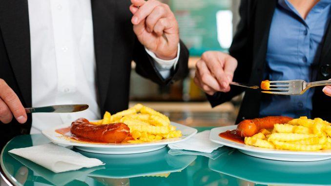 Pommes Frites und Wurst statt gedünstetem Gemüse: Ungesunde Ernährung ist eine Ursache dafür, dass das Risiko von Herz-Kreislauferkrankungen in der Wohlstandsgesellschaft steigt. - Foto: djd Wörwag Pharma colourbox.de