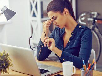 Ständige Müdigkeit und Konzentrationsschwäche können auf einen Eisenmangel hinweisen. Frauen sind besonders gefährdet. - Foto: djd/iStock/eisen-netzwerk.de