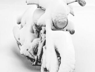 Keine gute Idee: Wer so sein Bike überwintern lässt, wird im kommenden Frühjahr nicht viel Freude mit der Maschine haben. - Foto: djd/ThoMar/panthermedia.net/O. Munkhtuya
