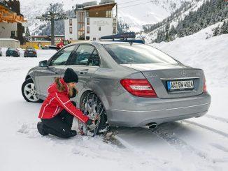 Wer ohne Schneeketten unterwegs ist, riskiert nicht nur hängen zu bleiben, ihm drohen zudem saftige Bußgelder. - Foto: djd/RUD Ketten