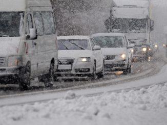 Bei Schneefall steigt der Risikofaktor im Verkehr enorm - für das richtige Verhalten sollte man gut vorbereitet sein. - Foto: dmd/TÜV Süd