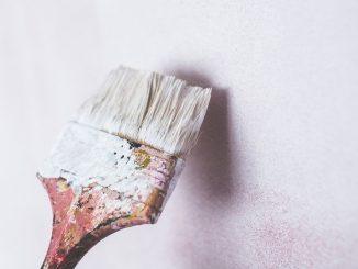 Ob Kindermalereien mit dem Filzstift oder Kugelschreiber, Fettflecken in der Küche oder Verfärbungen durch Rauch - all diese Varianten werden nicht gern gesehen und zerstören das Ansehen von Tapeten. - Foto: pexels.com/Karolina Grabowska.STAFFAGE/CCO