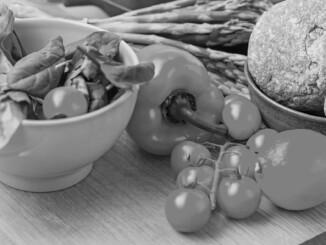 Gemüse – Mediterrane Ernährung mit viel frischem Gemüse und Olivenöl hilft dabei, Übergewicht zu vermeiden oder abzubauen. - Foto djd Wörwag Pharma colourbox.de