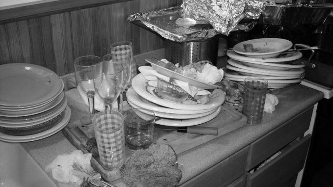 Überreste einer langen Silvesternacht: Der Geschirrspüler muss nach der rauschenden Party Schwerstarbeit leisten. - Foto: djd/Bauknecht/thx