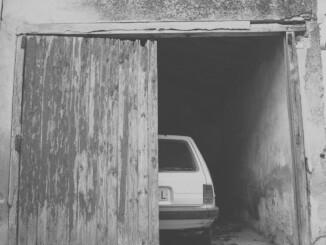 Wer auf seinem Grundstück eine Garage errichten möchte, steht zunächst vor der Frage, ob hierfür eine Baugenehmigung erforderlich ist. - Foto: pixabay.com/aitorstudio/CCO