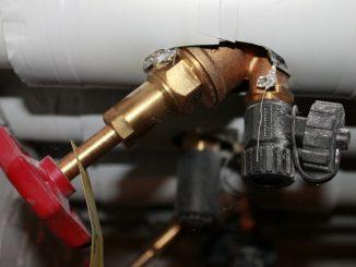 Eine gute Rohrisolierung ist dabei nicht einmal teuer und lässt sich schnell und einfach selber anbringen.