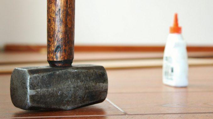 Mit dem richtigen Handwerkszeug zum schönen Fußboden. - Foto: pixabay.com/Counselling/CCO