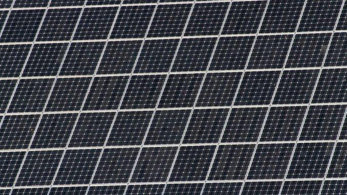 Photovoltaikanlagen sind in mehre Solarmodule aufgeteilt und diese Module wiederum sind aus einzelnen Solarzellen zusammen gesetzt.