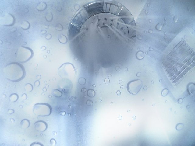 Kalkablagerungen in der Duschkabine sind lästig. Einmal Duschen – und schon haben sich hartnäckige Flecken an den Wänden festgesetzt. - Bildrechte: Flickr Dusche Rexxaka CC BY 2.0 Bestimmte Rechte vorbehalten