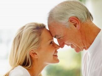 Auch jenseits der 50 wollen Paare ihre Zweisamkeit genießen. Jedoch tauchen in diesem Alter häufiger sexuelle Probleme auf. - Foto: djd/Kadefungin/thx