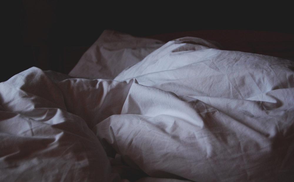 Für Allergiker wird empfohlen, die Bettwäsche mindestens einmal pro Woche zu wechseln und richtig zu waschen. - Photo by Krista Mangulsone
