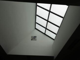 Je nach Architektur einer Immobilie sind viele Dachfenster vergleichsweise klein in ihrer Bauweise. Aber nichtsdestotrotz soll durch sie genügend Tageslicht in die Räumlichkeit eindringen können. - Foto: pixabay.com/Sehiru/CCO