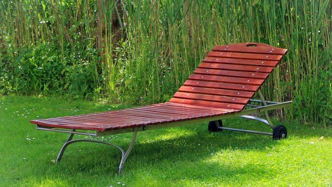 Outdoormöbel, die immer im Freien stehen, sollten Sonnenlicht, Regen, Hitze und Kälte aushalten. - Foto: pixabay.com/Antranias/CCO