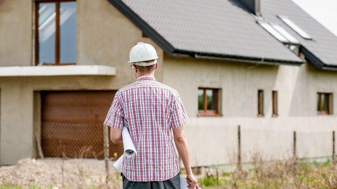 In Zeiten von immer luftdichter konstruierten Gebäudehüllen und geringerem Luftwechsel steigt die Schadstoffbelastung in der Innenraumluft an. - Foto: Umweltbundesamt