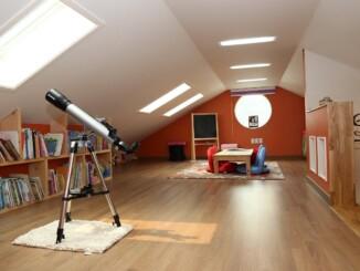 Für ein Dachgeschoss eignen sich vor allem helle Farbtöne, die das Zimmer weitläufiger und offener erscheinen lassen. - Foto: pixabay.com/jwco/CCO