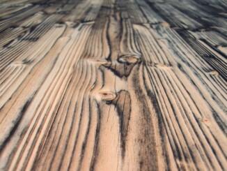 der Pflege von Holzmöbeln sollte einiges beachtet werden, damit die Oberfläche auch weiterhin ohne Flecken und Kratzer bleibt. - Foto: pixabay.com/andreas160578/CCO