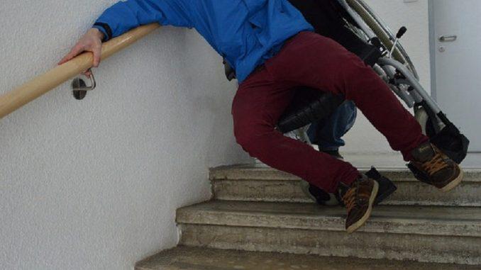 Stolperfallen gibt es in Einfamilienhäusern oder Eigentumswohnungen, in denen Groß und Klein zusammenleben, meistens genug. - Foto:: Flickr Rollstuhl auf Treppe bidok Leicht Lesen CC BY-SA 2.0 Bestimmte Rechte vorbehalten