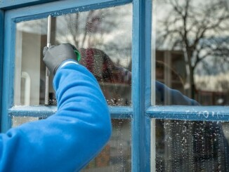 Ein häufiger Fehler beim Fensterputzen ist es, das sich nach der Reinigung auf der Glasscheibe unschöne Schlieren bilden. Mit einigen wenigen Tipps lassen sich aber Schlieren auf der Glasfläche beim Fensterputzen ganz einfach vermeiden. - Foto: pixabay.com/mrganso/CCO