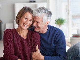Zärtlichkeit und Sex sind wichtig für die Partnerschaft. Aber unter dem Hormonchaos kann die Lust leiden. - Foto djd/Gynokadin/Getty