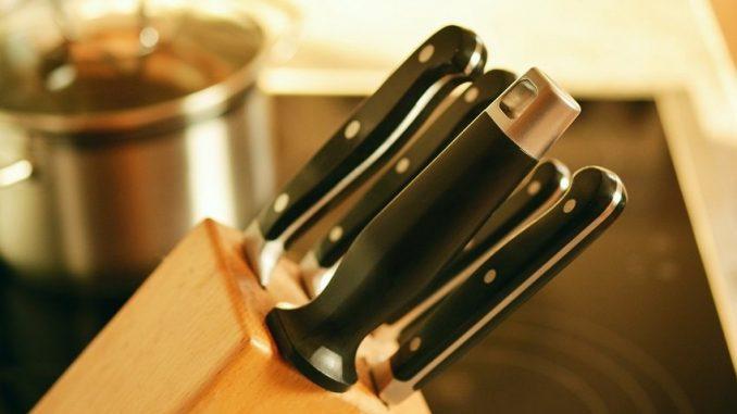 Eine Messerblock ist eine von vielen Aufbewahrungsmöglichkeiten für deine Kochmesser, damit du diese schonend lagern kannst ohne dass sie stumpf werden. - Foto: pixabay.com/congerdesign/CCO