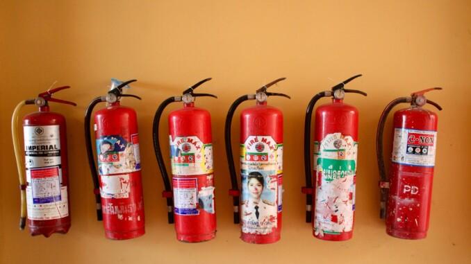 Brände entstehen in den meisten Fällen durch Fehler, entweder menschliche (wenn beispielsweise eine Kerze im Raum vergessen wurde) oder technische wie zum Beispiel ein Kurzschluss. - Foto: 3dman_eu / Pixabay.com
